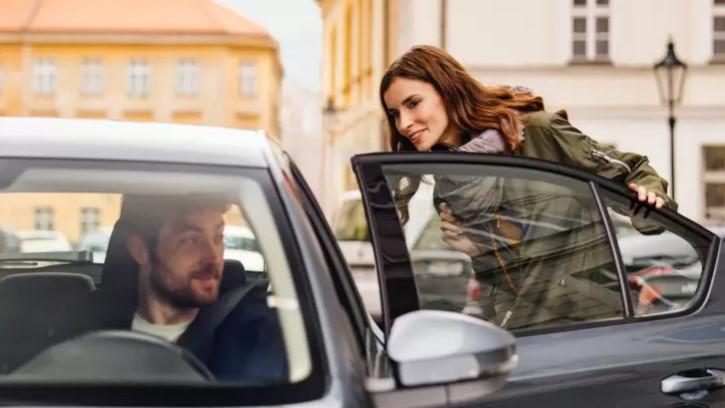 Imagem de uma passageira iniciando uma viagem com a Uber